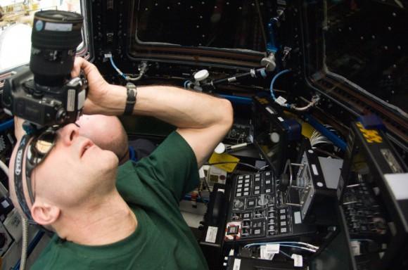 Kozmické žiarenie ničí snímač a fotoaparáty tak musia byť vymienané minimálne raz za rok (NASA)
