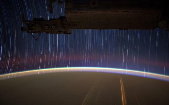 Snímky sa ukladajú do RAW formátu a na zem sa posielaju hromadne raz týždenne. (NASA)