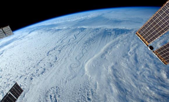 Mraky tvarované vetrom vyzerajú zo stanice ISS úžasne (NASA)
