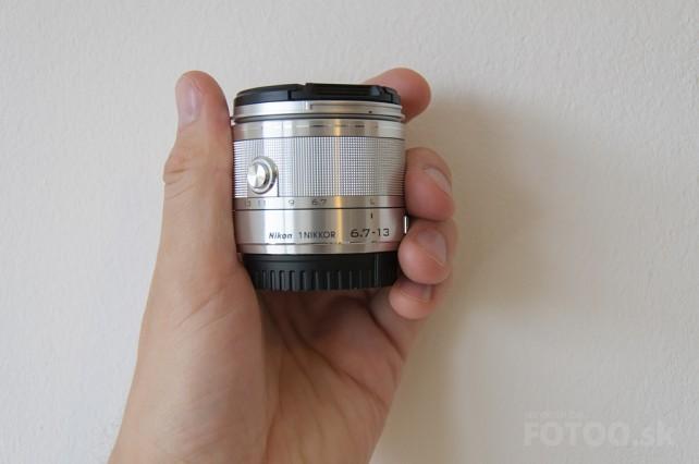 Objektív Nikkor 6.7-13mm v ruke pôsobí veľmi malým a krehkým dojmom.