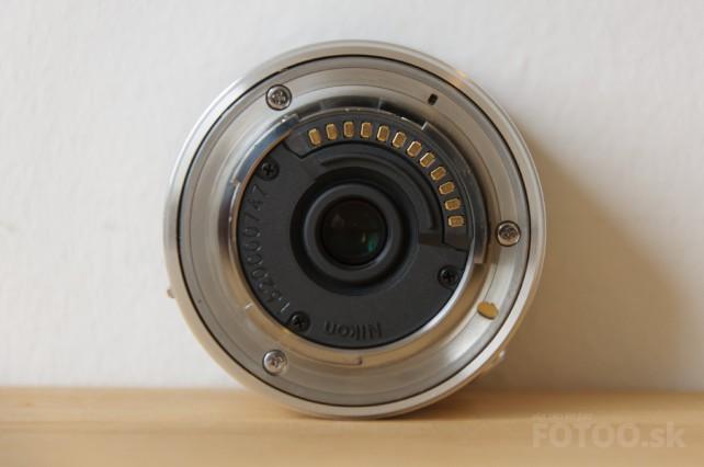 Objektív Nikkor 6.7-13mm pohľad na zadnú časť s elektronickými kontaktami.