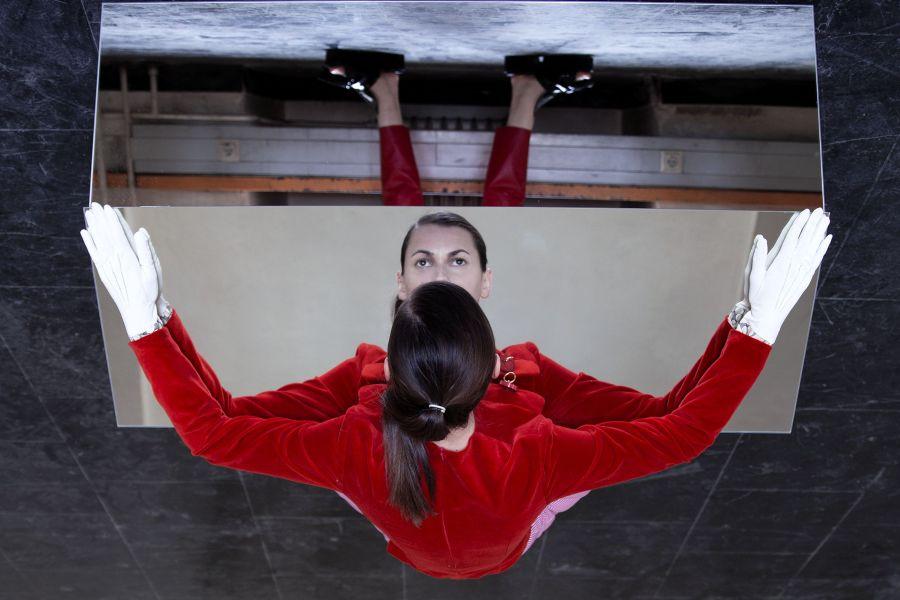 Esther Vörösmarty & Elena Kristofor: Neoteric III, 2016, Fine Art Print auf Alu Dibond, 60 x 90 cm, rote Jacke: Roshi Porkar, Outfit: Stylist Simon Winkelmüller.