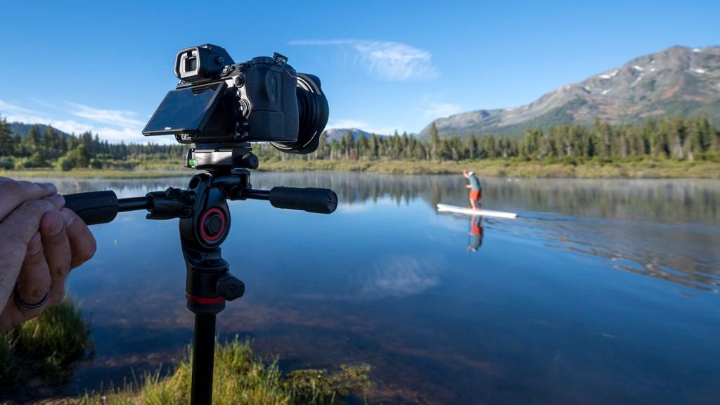 Dank des einklappbaren 3-Wege-Fluid-Kopfes und der kompakten Größe eignet sich das Manfrotto Befree 3-Way Live Advanced-Kit besonders für Foto- und Videografen, die viel unterwegs sind.