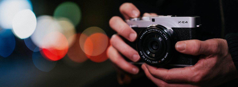Mit der Fujifilm X-E4 wird die X Serie um die aktuell kleinste und leichteste Systemkamera erweitert. (c) Fujifilm