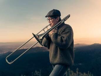 musico-flash-paisaje-strobist-trombon-atardecer