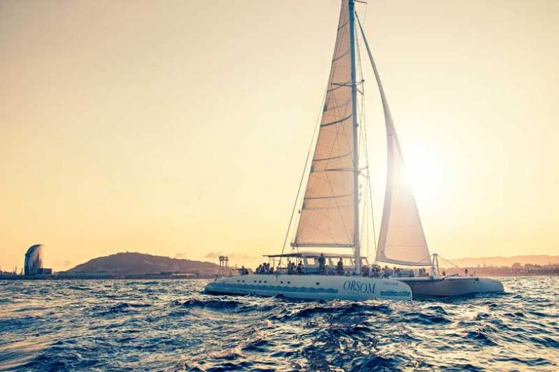 catamarán-costa-barcelona-navegando-sunset-sailing-coast-boat