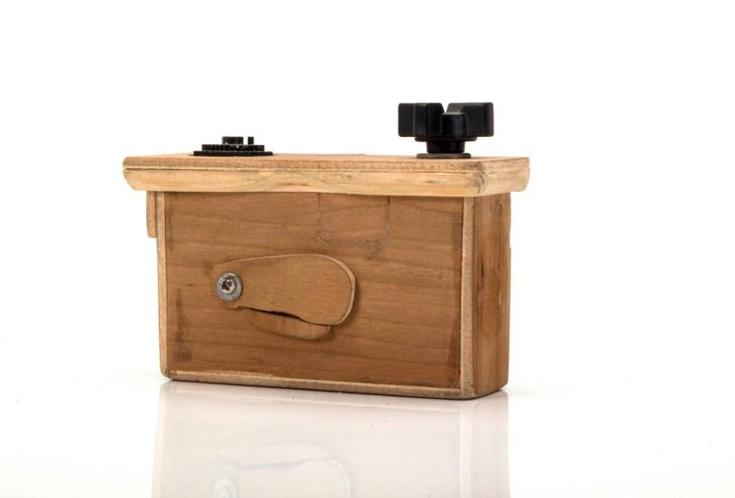 Cámara pinhole de bolsillo hecha en madera. Formato: 35mm