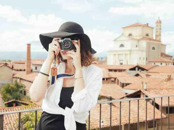 Auch angehende Fotografen sollten sich im Vorfeld Gedanken darüber machen, welche Kamera sie sich zulegen wollen und was sie sonst noch an Ausrüstung benötigen. (Foto: Splitshire / pixabay.com)