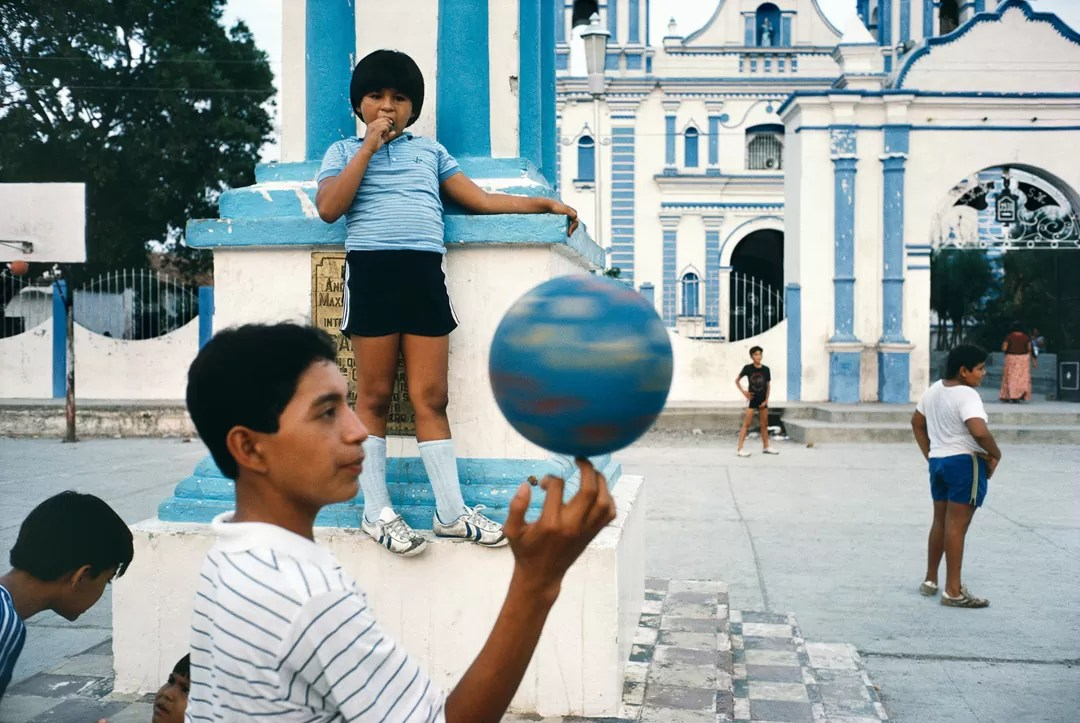 awebb tehuantepecmexico1985 - Alex Webb and Rebecca Norris Webb on Street Photography and the Poetic Image [Recensione] - fotostreet.it