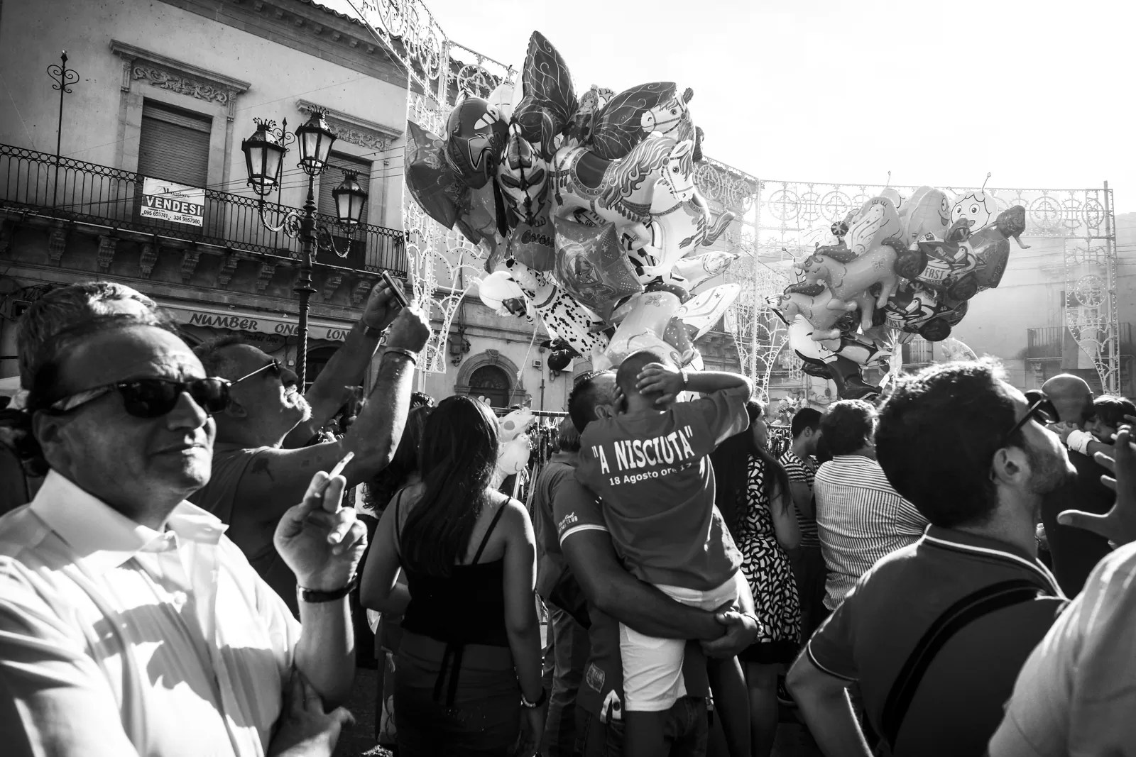 DSCF2710 - La fuori c'è gente - Militello val Ct - Sicily 2014 [street photography] - fotostreet.it