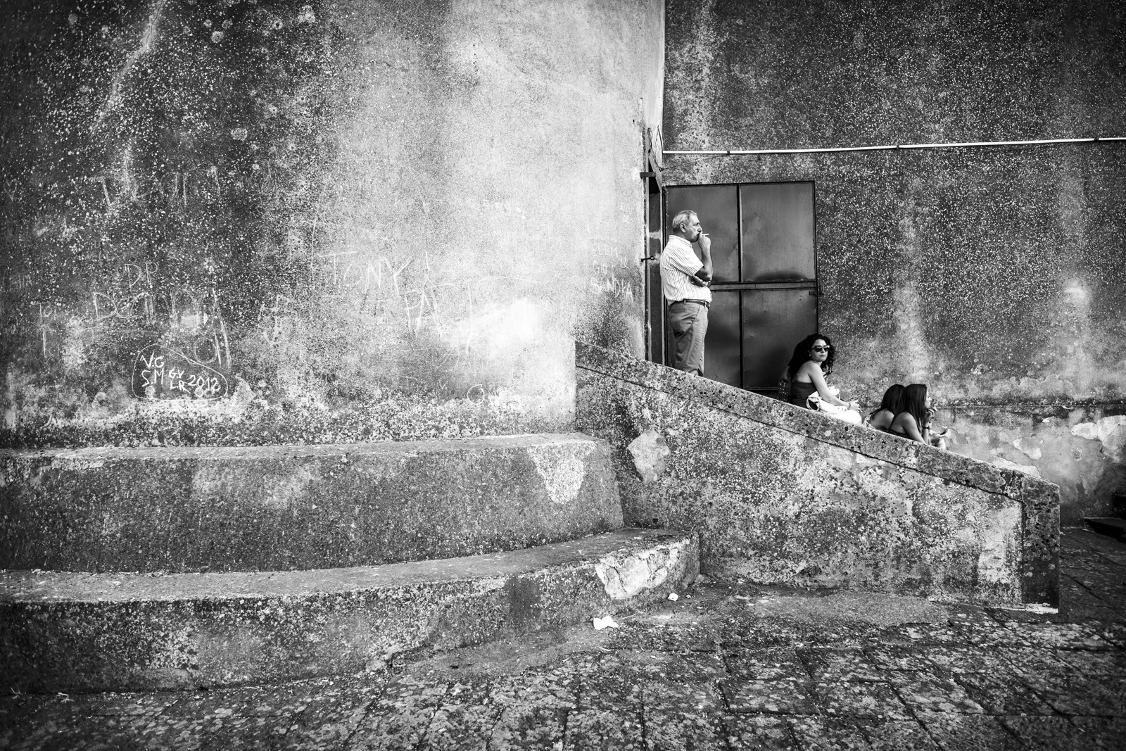 DSCF2928 - La fuori c'è gente - Militello val Ct - Sicily 2014 [street photography] - fotostreet.it