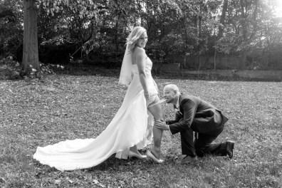 Hochzeit, Paar, Heirat, Foto, Fotoshooting, Shooting, romantisch, verliebt, Romantik, heiraten, wedding, ja, schönster tag, Natur, Glück, glücklich, klassisch, gefühlsvoll, exklusiv, extravagant, frech, lässig, lustig, Hochzeitsfotos, Hochzeitsfotografien, emotional, gefühlsbeton, Momente, Tag, elegant, Liebe, Kleid, Brautkleid, Braut, Bräutigam, Brautpaar, Fotos, Fotografien, Fotograf, Fotostudio, schön, modern, Hochzeitsfotografin, Diez, Limburg, Hahnstätten, Holzheim, Gefühle, Emotionen, outdoor, draußen, location, Villa Scheid, Limburg, Strumpfband, fun, Spaß