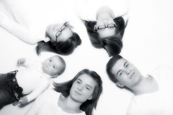 Familie, Fotoshooting, Shooting, Fotostudio, Studio, Diez, Limburg, Hahnstätten, Holzheim, Fotos, Fotografien, Fotograf, Foto, klassisch, gefühlsvoll, exklusiv, elegant, extravagant, emotional, gefühlsbetont, schön, modern, Kinder, Porträt, Kreis