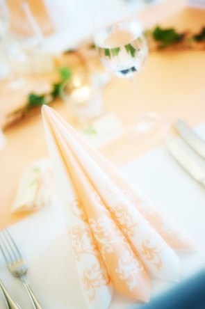 Hochzeit, Trauung, Heirat, heiraten, wedding, ja, schönster tag, Glück, glücklich, romantisch, klassisch, gefühlsvoll, exklusiv, elegant, Hochzeitsfotos, Reportagen- Fotografien, Foto, Hochzeitsfotografien, Reportagenfoto, Reportage, emotional, gefühlsbetont, Momente, Tag, Liebe, Braut, Bräutigam, Brautpaar, paar, Fotos, Fotografien, Fotograf, Fotostudio, schön, modern, Hochzeitsfotografin, Diez, Limburg, Hahnstätten, Holzheim, Gefühle, Emotionen, Fotostudio, Studio, Shooting, Fotoshooting, Fest, Feier, Deko, Dekoration, Tisch