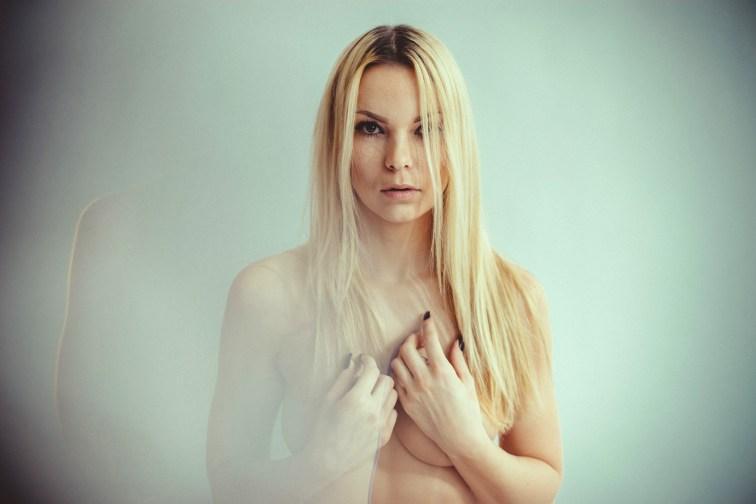 Blonde Frau macht Aktfotos im Fotostudio Thomas mit natürlichen Lichtreflexen.