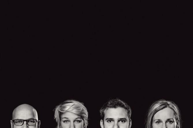 Familienfotos in schwarzweiss nur mit den Köpfen der Familie.