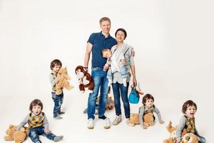 Familienfotos aus dem chaotischen Leben mit zwei Kindern im Fotostudio in Mannheim.