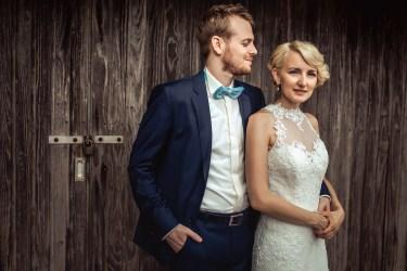 romantische Hochzeitsfotos vor Scheunenwand nähe Mannheim.