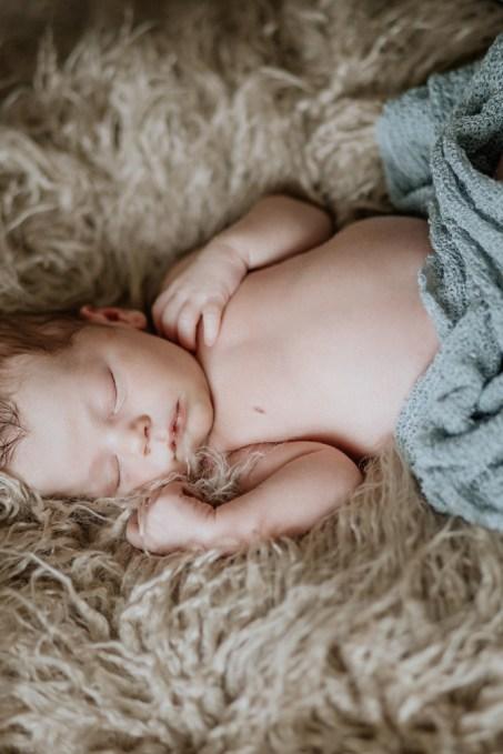 Newborn Fotoshooting mit einem Baby Auf einem Fell