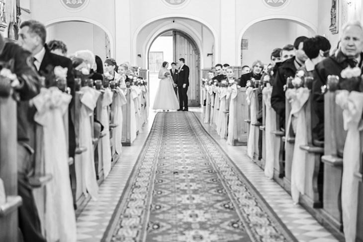 Para młoda w kościele przed ceremonią ślubną. Fotograf ze Śląska. Just married in the church
