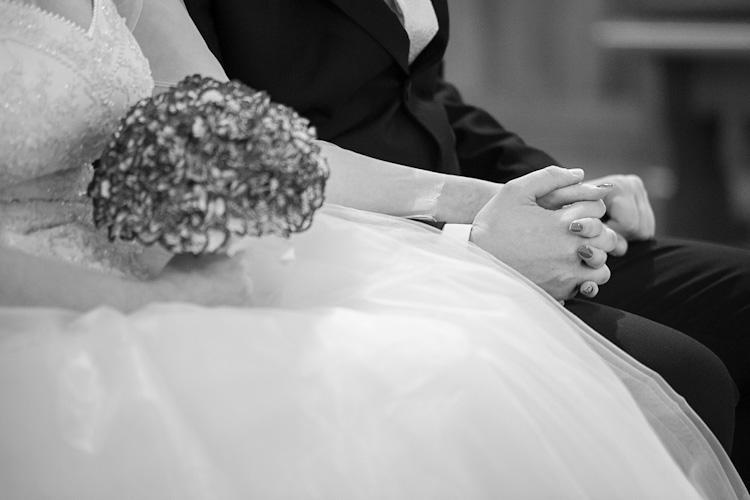 Para młoda w kościele przed ceremonią ślubną. Ręce. Fotograf ze Śląska. Young couple in the church before wedding. Hands