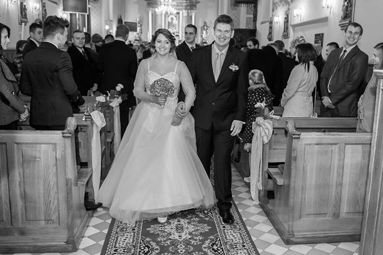 Para młoda podczas ślubu wychodząca z kościoła