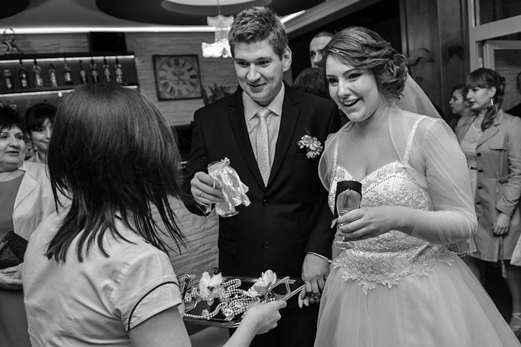 Kieliszki szampana odbierany na weselu przez parę młodą