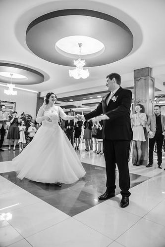 Pierwszy taniec naweselu wykonany przezparę młodą. Fotografia Bielsko-Biała, Cieszyn