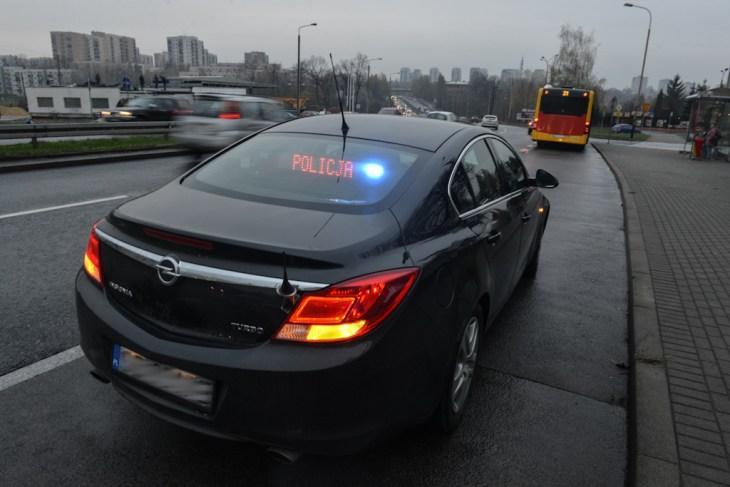 Nieoznakowany policyjny Opel Insignia zwłączonym komunikatem