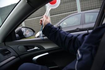 Zatrzymanie kierowcy przez radiowóz, policyjny lizak
