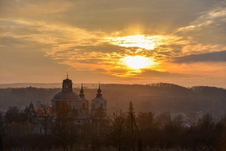 Kościół wKlimontowie, zachód słońca