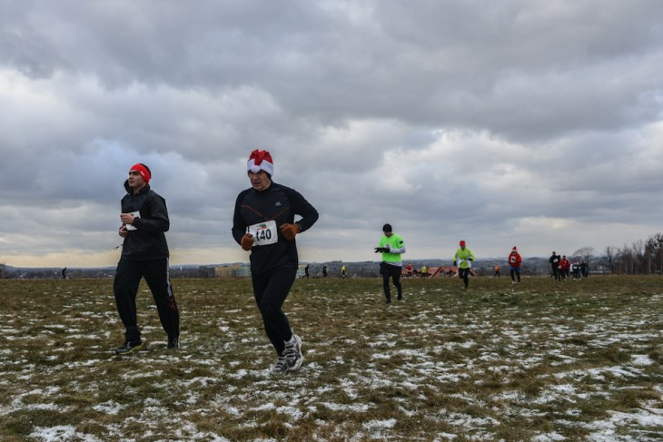 Biegacze na bielskim lotnisku