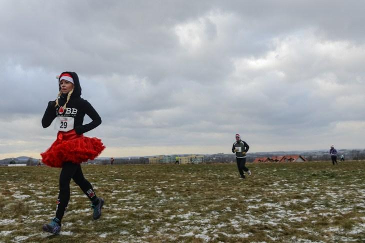 Pani wmikołajkowej spódniczce podczas biegu