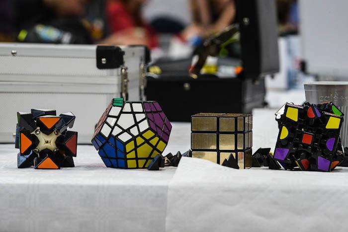 Różne odmiany kostek Rubika