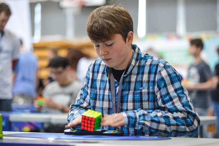 Układanie kostki Rubika 4x4x4 naczas