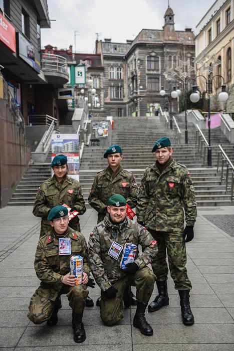 """Wolontariusze zeZwiązku Strzeleckiego """"Strzelec"""" zbierający datki naWOŚP"""