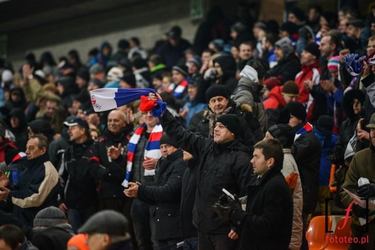 Kibice TS Podbeskidzie podczas meczu wWidzewem, szaliki klubowe