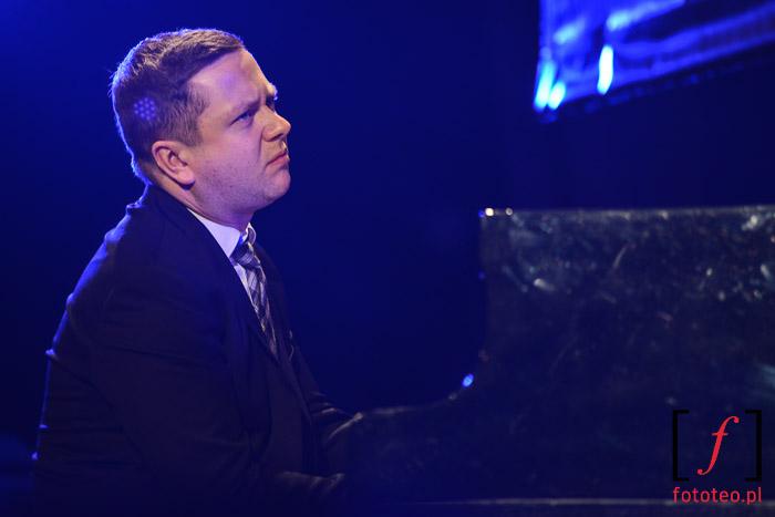 Paweł Tomaszewski przy fortepianie na festiwalu jazzowym