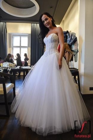 Modelka w sukni ślubnej Bielsko