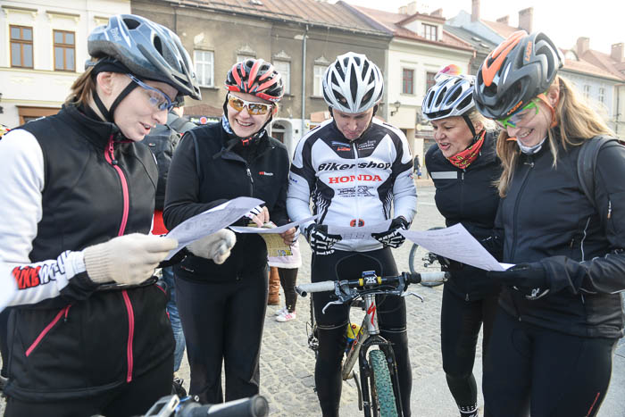 Rowerzyści przed startem czytają mapy