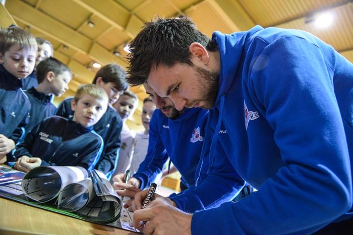 Piłkarze TS Podbeskidzie rozdają autografy