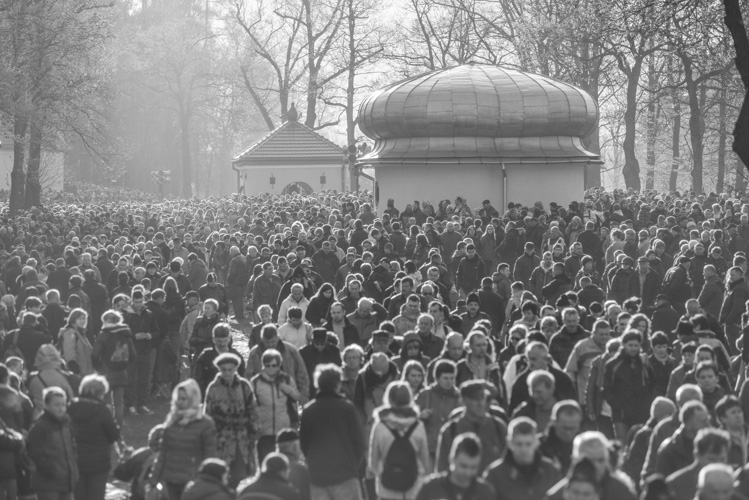 Kalwaria Zebrzydowska, Crowd praying before Easter