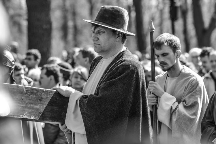 Szymon Cyrenejczyk dżwiga krzyż wraz z Jezusem