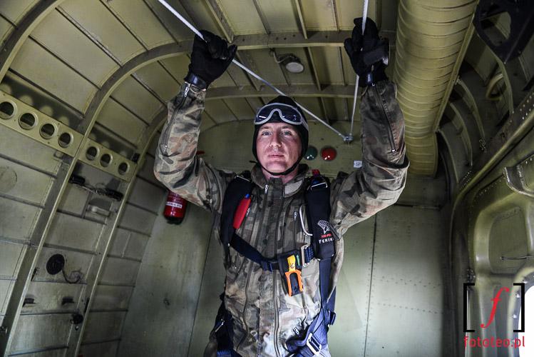 Wojskowy instruktor spadochroniarstwa w samolocie