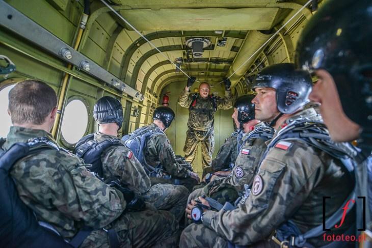 Spadochroniarze wewnetrzu samolotu An-2 Antek Antonow