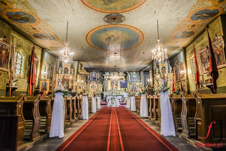 Zabytkowy kosciol w Ciecinie, slubne dekoracje