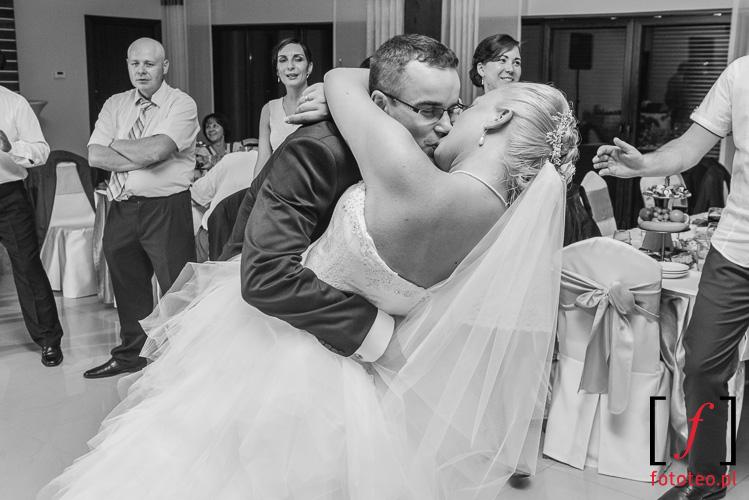 Kochajaca sie para mloda na weselu