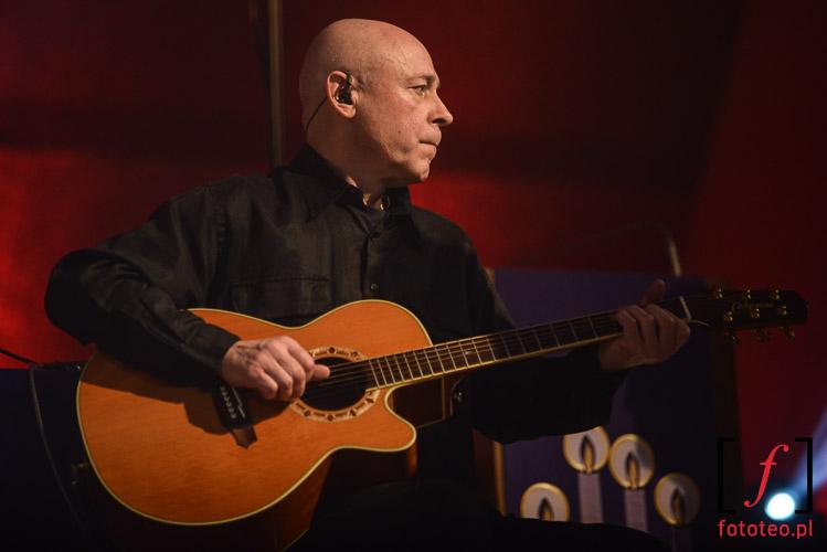 Gitarzysta podczas kocnertu Golec uOrkiestra