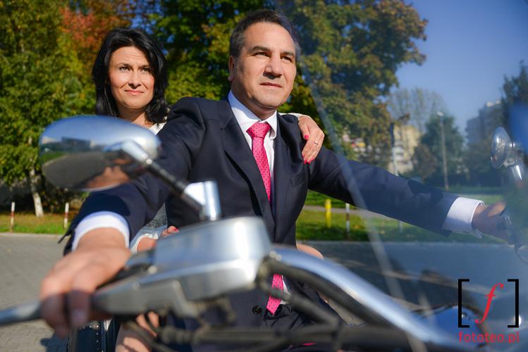 Krakow. Fotografia slubna pary mlodej na motocyklu