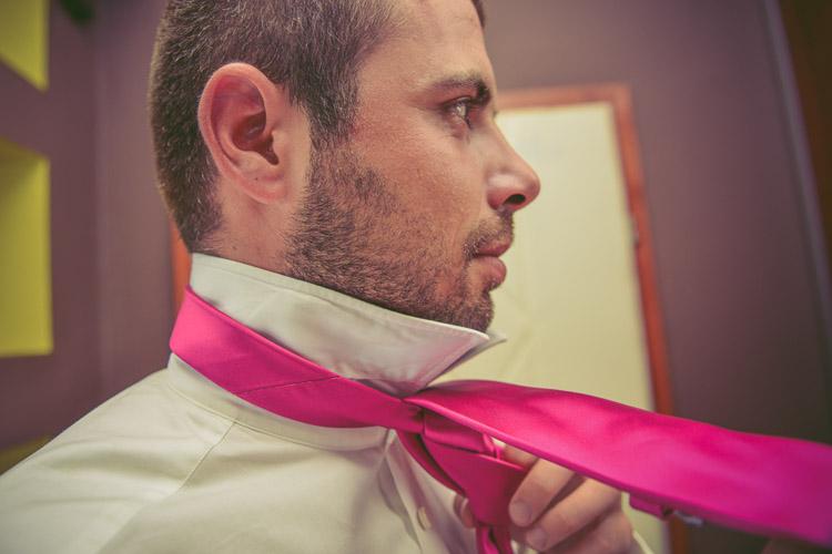 Wiazanie krawatu przed slubem